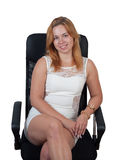 Νέα γυναίκα σε μια μαύρη πολυθρόνα Στοκ φωτογραφίες με δικαίωμα ελεύθερης χρήσης