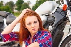 νέα γυναίκα σε μια μοτοσικλέτα Στοκ Εικόνες