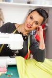 Νέα γυναίκα σε μια ράβοντας μηχανή στοκ εικόνες