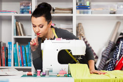 Νέα γυναίκα σε μια ράβοντας μηχανή στοκ φωτογραφία με δικαίωμα ελεύθερης χρήσης