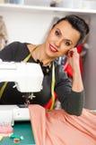 Νέα γυναίκα σε μια ράβοντας μηχανή στοκ φωτογραφίες με δικαίωμα ελεύθερης χρήσης