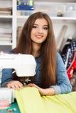 Νέα γυναίκα σε μια ράβοντας μηχανή στοκ εικόνα
