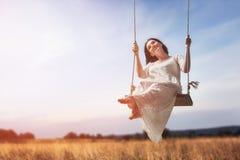 Νέα γυναίκα σε μια ταλάντευση Στοκ εικόνα με δικαίωμα ελεύθερης χρήσης