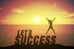 Νέα γυναίκα σκιαγραφιών που πηδά και που αυξάνει επάνω στο χέρι όπως την ευτυχή έννοια στο κείμενο επιτυχίας στοκ φωτογραφία