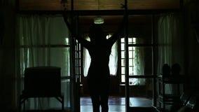 Νέα γυναίκα σκιαγραφιών που χορεύει στο μόνο εσωτερικό σπιτιών απόθεμα βίντεο