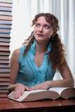 Νέα γυναίκα σπουδαστών με τα μέρη των βιβλίων. Στοκ εικόνες με δικαίωμα ελεύθερης χρήσης