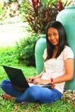 Νέα γυναίκα σπουδαστής με έναν φορητό προσωπικό υπολογιστή στο yead Στοκ Εικόνες