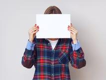 Νέα γυναίκα σπουδαστής με το κενό κομμάτι χαρτί Στοκ Εικόνες