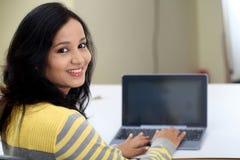 Νέα γυναίκα σπουδαστής που χρησιμοποιεί τον υπολογιστή ταμπλετών Στοκ εικόνα με δικαίωμα ελεύθερης χρήσης