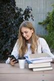 Νέα γυναίκα σπουδαστής στην περιοχή μελέτης Στοκ εικόνα με δικαίωμα ελεύθερης χρήσης