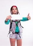 Νέα γυναίκα σπουδαστής brunette που στέκεται και που ακούει τη μουσική από τη συσκευή σας Όμορφο νέο backpacker Στοκ Φωτογραφίες