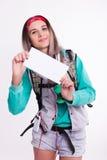 Νέα γυναίκα σπουδαστής brunette που στέκεται και που ακούει τη μουσική από τη συσκευή σας Όμορφο νέο backpacker Στοκ φωτογραφία με δικαίωμα ελεύθερης χρήσης