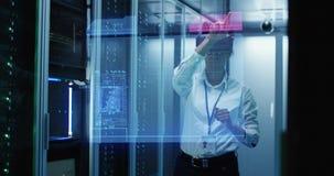 Νέα γυναίκα στα γυαλιά VR που λειτουργούν σε ένα κέντρο δεδομένων στοκ εικόνες
