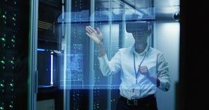 Νέα γυναίκα στα γυαλιά VR που λειτουργούν σε ένα κέντρο δεδομένων στοκ εικόνα