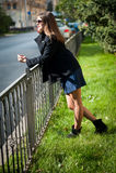 Νέα γυναίκα στα γυαλιά ηλίου και metall το φράκτη Στοκ φωτογραφία με δικαίωμα ελεύθερης χρήσης