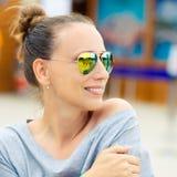 Νέα γυναίκα στα γυαλιά ηλίου που απολαμβάνει τις καλοκαιρινές διακοπές Στοκ εικόνες με δικαίωμα ελεύθερης χρήσης