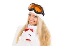 Νέα γυναίκα στα γυαλιά σκι με το κόκκινο φλυτζάνι. Στοκ φωτογραφία με δικαίωμα ελεύθερης χρήσης