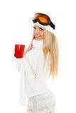 Νέα γυναίκα στα γυαλιά σκι με το κόκκινο φλυτζάνι. Στοκ φωτογραφίες με δικαίωμα ελεύθερης χρήσης