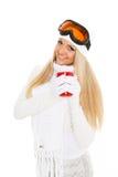 Νέα γυναίκα στα γυαλιά σκι με το κόκκινο φλυτζάνι. Στοκ Φωτογραφία