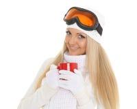 Νέα γυναίκα στα γυαλιά σκι με το κόκκινο φλυτζάνι Στοκ φωτογραφίες με δικαίωμα ελεύθερης χρήσης