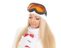 Νέα γυναίκα στα γυαλιά σκι με το κόκκινο φλυτζάνι Στοκ φωτογραφία με δικαίωμα ελεύθερης χρήσης