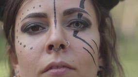 Νέα γυναίκα στα θεατρικά κοστούμια του διαβόλου ή επιβλαβής χορός στο δάσος που παρουσιάζει απόδοση ή που κάνει τελετουργικός r απόθεμα βίντεο