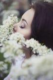 Νέα γυναίκα στα λουλούδια Apple-δέντρων Στοκ Εικόνες