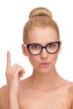 Νέα γυναίκα στα μαύρα γυαλιά που δείχνει επάνω. Στοκ φωτογραφία με δικαίωμα ελεύθερης χρήσης