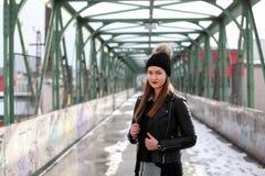 Νέα γυναίκα στα περιστασιακά χειμερινά ενδύματα Στοκ Εικόνες