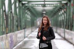Νέα γυναίκα στα περιστασιακά χειμερινά ενδύματα Στοκ Εικόνα