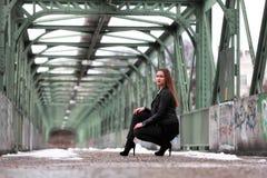 Νέα γυναίκα στα περιστασιακά χειμερινά ενδύματα στοκ φωτογραφίες με δικαίωμα ελεύθερης χρήσης