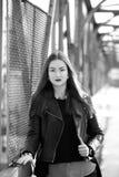 Νέα γυναίκα στα περιστασιακά χειμερινά ενδύματα Στοκ εικόνα με δικαίωμα ελεύθερης χρήσης