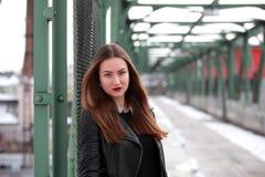 Νέα γυναίκα στα περιστασιακά χειμερινά ενδύματα Στοκ εικόνες με δικαίωμα ελεύθερης χρήσης
