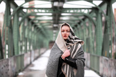 Νέα γυναίκα στα περιστασιακά χειμερινά ενδύματα στοκ φωτογραφία με δικαίωμα ελεύθερης χρήσης