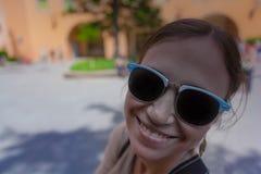 Νέα γυναίκα στα χαμόγελα γυαλιών ηλίου στοκ φωτογραφίες με δικαίωμα ελεύθερης χρήσης