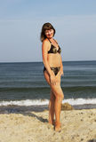 Νέα γυναίκα στην άμμο Στοκ εικόνες με δικαίωμα ελεύθερης χρήσης