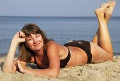 Νέα γυναίκα στην άμμο Στοκ Εικόνες