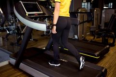 Νέα γυναίκα στην άσκηση γυμναστικής Τρέξιμο σε μια treadmill crossfit μηχανή στοκ φωτογραφίες