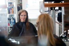 Νέα γυναίκα στην αίθουσα Στοκ φωτογραφία με δικαίωμα ελεύθερης χρήσης