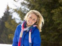 Νέα γυναίκα στην αλπική σκηνή χιονιού Στοκ φωτογραφία με δικαίωμα ελεύθερης χρήσης