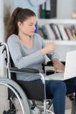 Νέα γυναίκα στην αναπηρική καρέκλα με το lap-top Στοκ φωτογραφίες με δικαίωμα ελεύθερης χρήσης