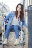 Νέα γυναίκα στην αναπηρική καρέκλα μόνο στην πόλη Στοκ φωτογραφία με δικαίωμα ελεύθερης χρήσης