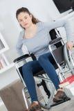 Νέα γυναίκα στην αναπηρική καρέκλα που εξετάζει τη κάμερα Στοκ Φωτογραφία