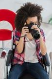 Νέα γυναίκα στην αναπηρική καρέκλα που παίρνει τη φωτογραφία Στοκ εικόνες με δικαίωμα ελεύθερης χρήσης