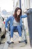 Νέα γυναίκα στην αναπηρική καρέκλα στην πόλη Στοκ Φωτογραφίες