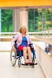 Νέα γυναίκα στην αναπηρική καρέκλα στο ιατρικό κέντρο Στοκ Εικόνες