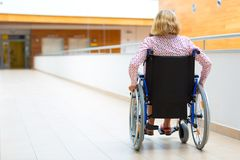 Νέα γυναίκα στην αναπηρική καρέκλα στο ιατρικό κέντρο Στοκ εικόνες με δικαίωμα ελεύθερης χρήσης