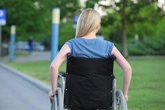 Νέα γυναίκα στην αναπηρική καρέκλα Στοκ Φωτογραφίες