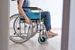 Νέα γυναίκα στην αναπηρική καρέκλα Στοκ φωτογραφίες με δικαίωμα ελεύθερης χρήσης