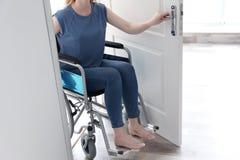 Νέα γυναίκα στην αναπηρική καρέκλα Στοκ εικόνες με δικαίωμα ελεύθερης χρήσης